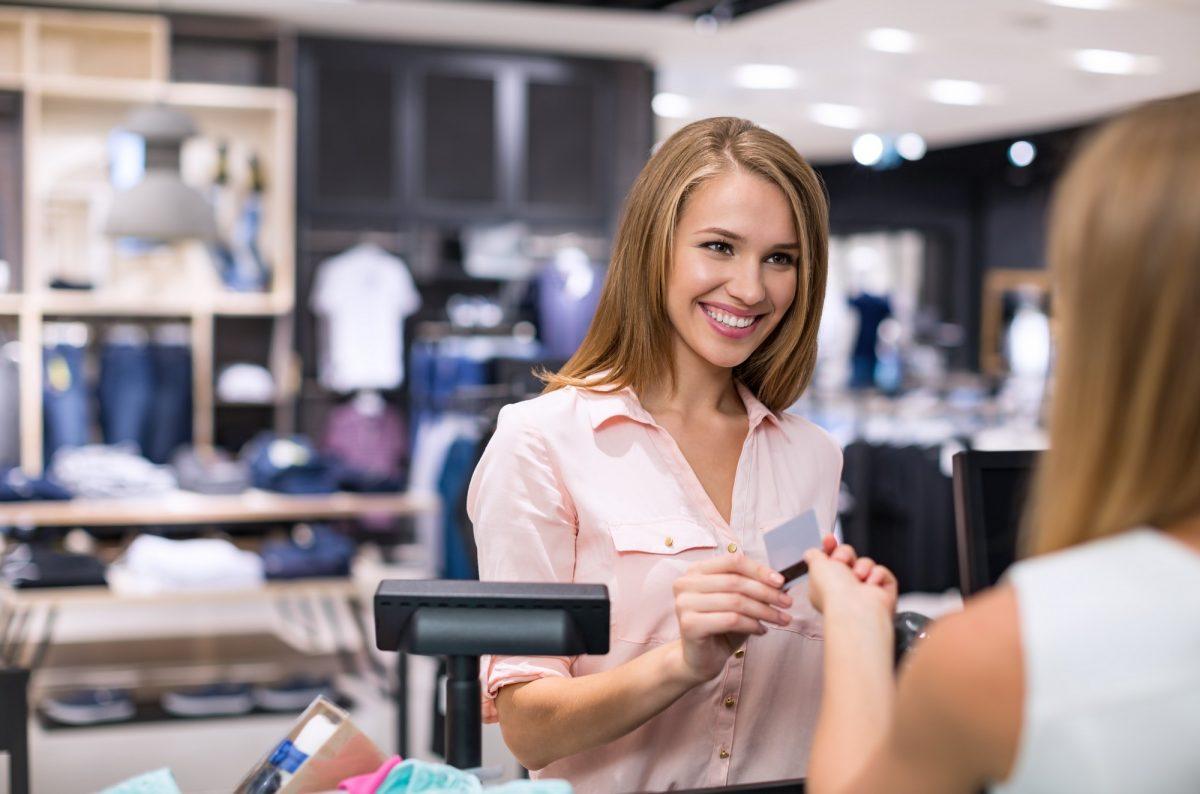 Zakupy w sklepie z odzieżą z kartą lojalnościową